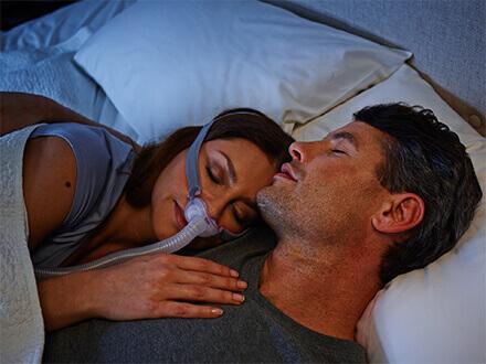 Patient-som-använder-ResMed-AirFit-P10-minimalistisk-näskuddemask