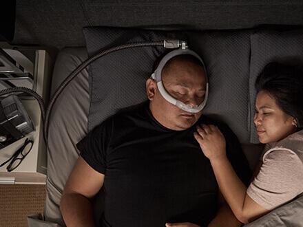 Patient-som-använder-ResMed-AirFit-P30i-näskuddemask-för-mer-frihet