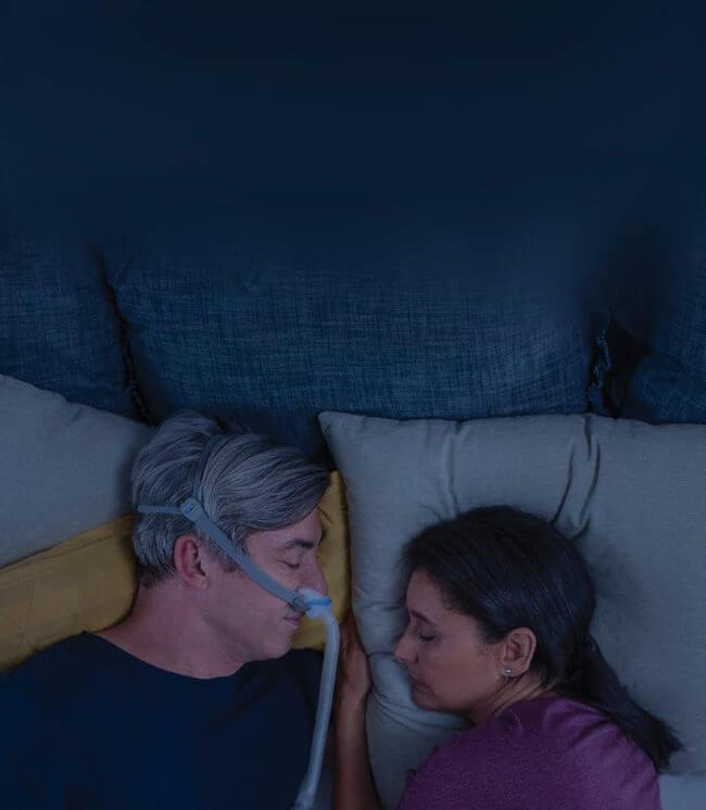 man-som-sover-med-AirFit-N30-CPAP-mask-nära-sin-fru-mobile