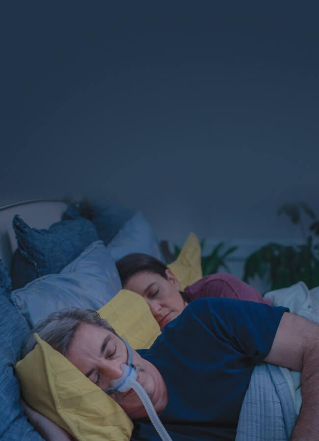 man-som-sover-med-AirFit-N30-CPAP-mask-med-underliggande-mjukdel-mobile