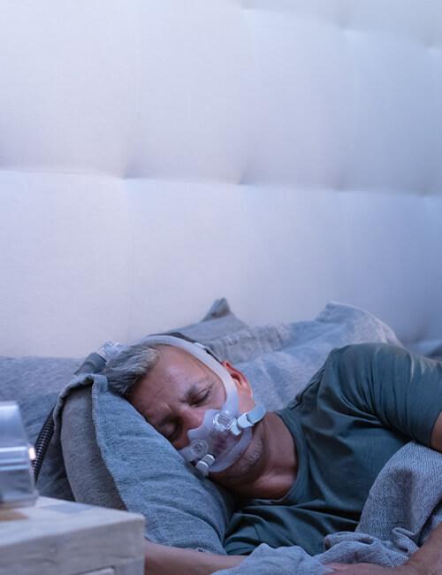 patient-som-sover-med-AirFit-F30i-CPAP-mask-med-luftslang-upptill-mobile