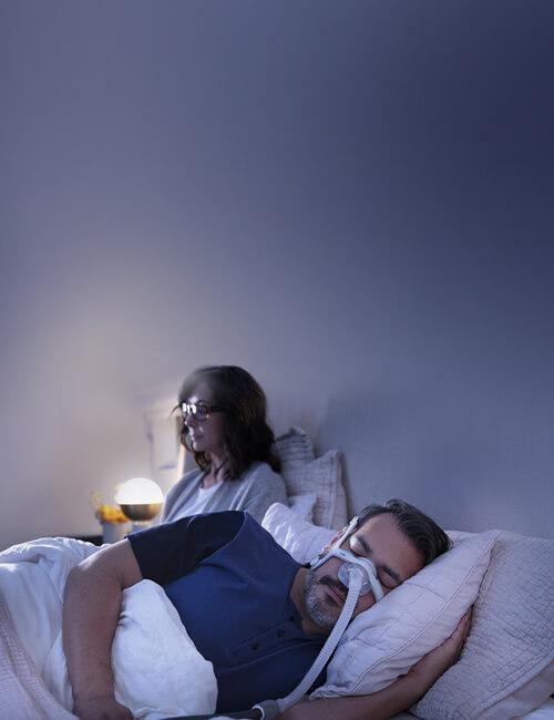 sömnapnépatient som sover med AirTouch N20